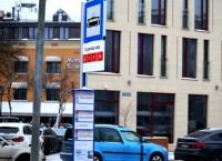 """Atsevišķās """"Rīgas satiksmes"""" pieturvietās izvietotas jauna tipa pieturvietas plāksnes ar apgaismojumu"""