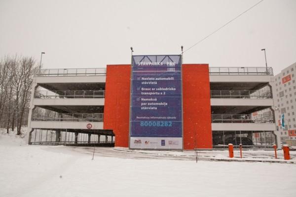 """Rīgā darbu sāk pirmā """"park&ride"""" autostāvvieta"""