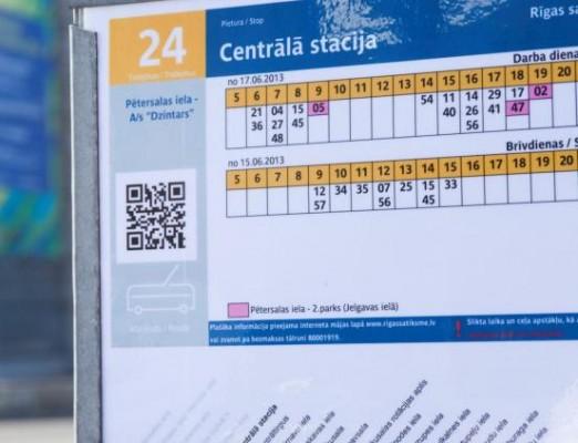 """""""Rīgas satiksme"""" pieturvietās ievieš jaunu informēšanas sistēmu pasažieriem – QR kodus"""
